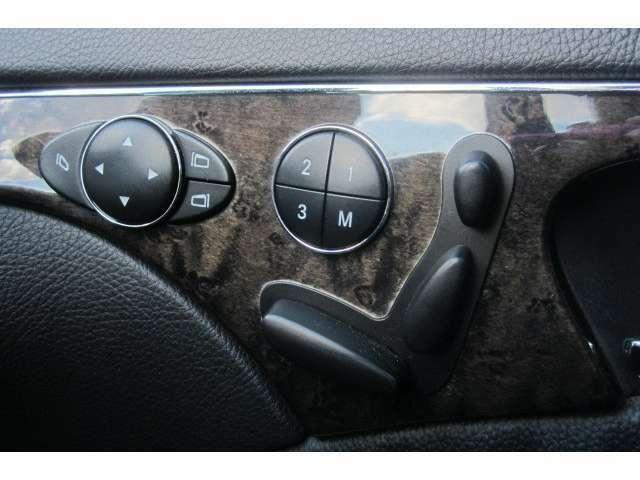 運転席と助手席は電動シートですので座席の位置調節も楽にできますよ!