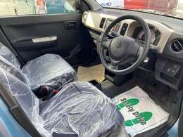 操作しやすいインパネシフトは、運転席と助手席の足元空間を格段に広くしました。