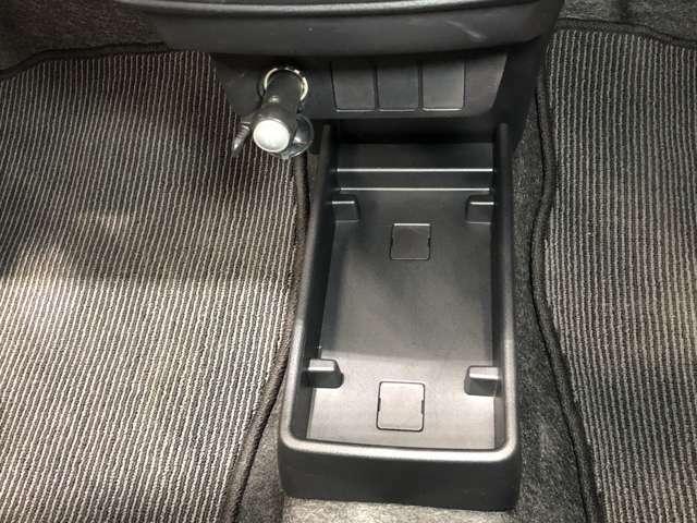 運転席・助手席の間に小物置きがあり、ちょっとした物を置けるので便利です
