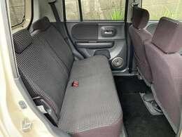 後部座席の状態リンサー使用してクリーニングサービス。