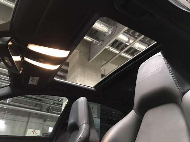 サンルーフ装備。フロントシートにはAMGのロゴがエンボス加工されており、美しい印影が浮かび上がります。