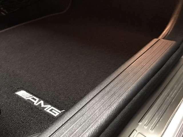 前後のAMG専用フロアマットの状態も良好ですので、新品に新調されていると類推されます。