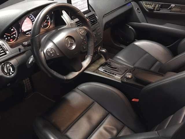 運転席のみ相応のシワがありますが、C63AMG(W204)特有の極端にホールドされる形状に起因すると類推されます。