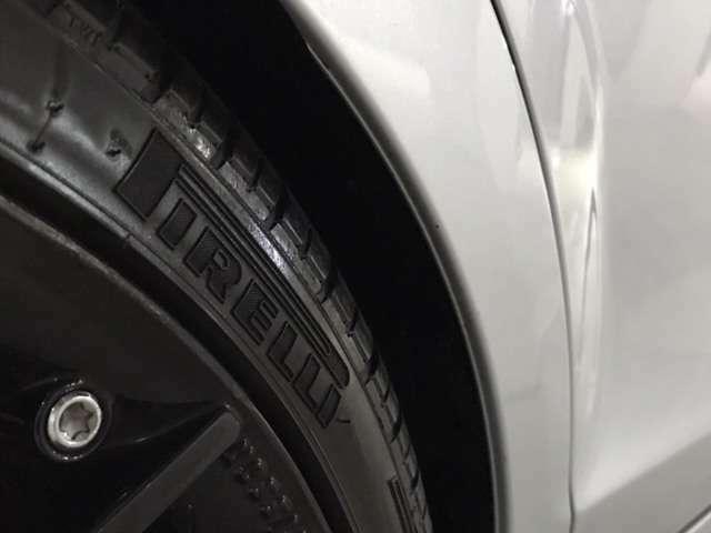 タイヤは、ピレリ独自の高性能な製品・PIRELLI P-ZEROを装着。F(235/35/19)R(265/30/19)サイズ。