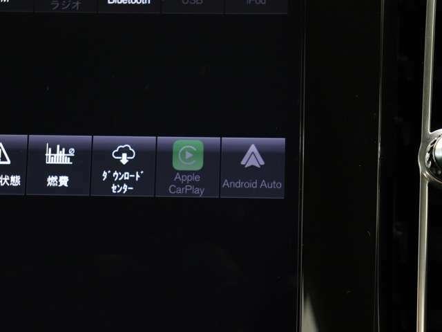 AppleCarPlayやAndroidAutoを利用すれば、スマホを簡単に接続できます。USBポートにケーブルをつなぐだけで、スマホの見慣れたホーム画面と共通するインターフェイスがセンターディスプレイに表示されます。