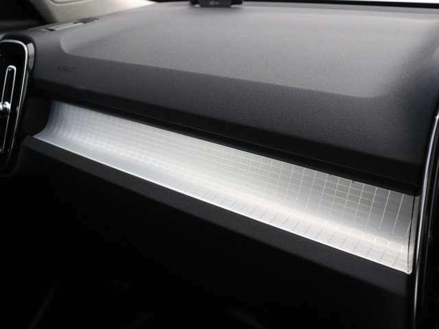 ダッシュボードに収められたアーバングリッド・アルミニウム・パネルが、XC40 Momentumのインテリアにモダンな雰囲気をもたらします。