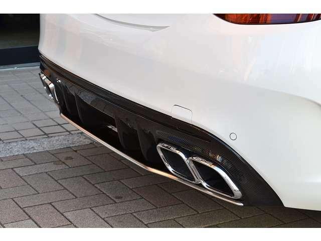 カーボンフロントリップ、カーボン付きサイドスカートカーボンリアディフューザーがセットになったAMGカーボンPKGです。