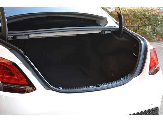 楽にトランクを開閉できるフットトランクオープナー付きの自動開閉トランクリッドです。