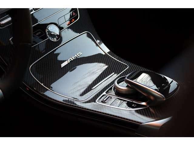 AMGカーボンPKG装備されておりますので、インテリアトリムもカーボンです。