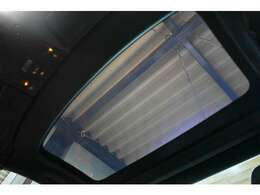 マジックスカイコントロールルーフ搭載!スイッチ操作のみでガラスの透明度を変えることができ、透明状態時は明るく開放的な室内。ダークガラス時には熱線を80%カット、室温を10℃も下げる事が可能。