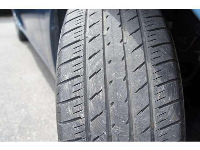 タイヤの溝まだまだあります。サイズは205/60R16
