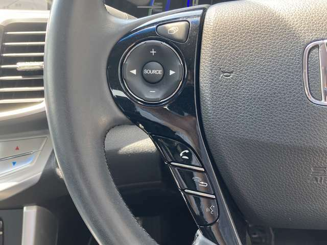 【ハンドル】シンプルなハンドル周り///or///革巻きステアリング//or//ステアリングスイッチでナビの操作も楽々です♪取り付けのナビ/車種によっては操作が異なる場合があります。