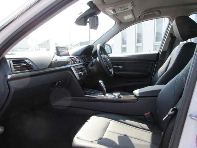 レザーシートの状態も良く著しい汚れやヘタリは見受けられません。