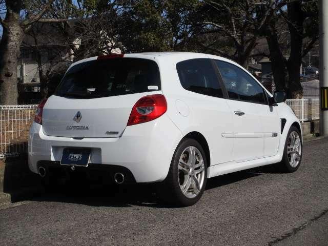 コンパクトでとても運転し易いサイズ、全長402cm、全幅177cm、全高148cm。