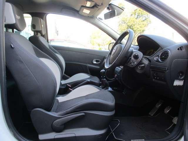 スポーツドライブを楽しめる良好なポジションが決まるステアリング・シート・ペダル!シルバーのシートベルトがお洒落です。