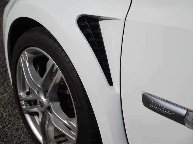 エンジンルーム内の熱を効率的に排出するエアアウトレットがレーシーな雰囲気です!