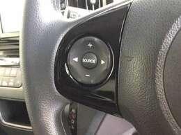 ハンドルにオーディオの操作ボタンがございます。視点を移さず、左手をハンドルから離す事なく放送局選びや曲飛ばし、ボリューム調整やモード切替が簡単にできるので運転に集中でき安全です。