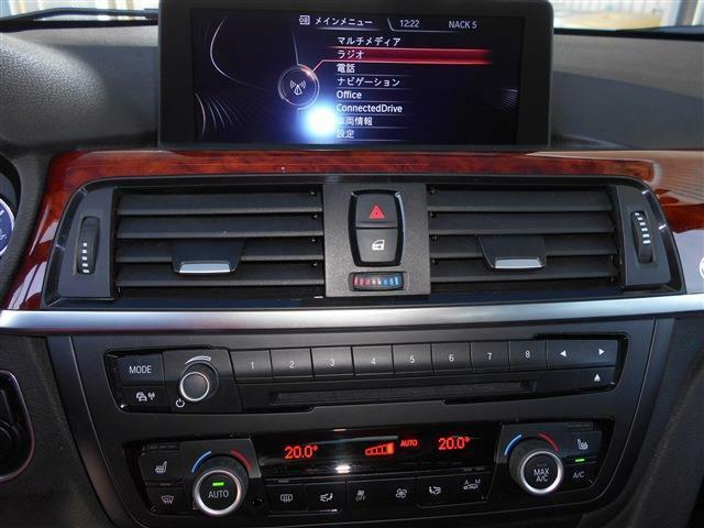使い易くなったi-DriveとHDDナビを装備し、大型化されたワイドモニターがとても見やすいですよ!!自然な音質の純正DVD/CD/ミュージックサーバーと左右独立で温度調整可能なオートエアコンも装備されています。