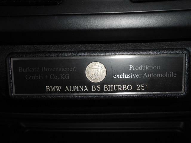 「ALPINAの証」である、シリアル・ナンバー(世界共通の通しナンバー)を刻んだプロダクション・プレートが車室内に付いています。特別な車を所有する歓びをぜひ感じてください。