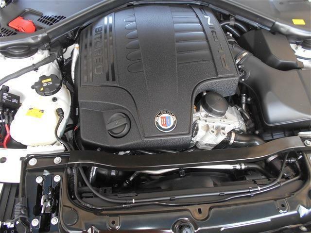 335iに使用されているN55エンジンをベースにオリジナルのクランクケースにピストンやクランクシャフト等を組み込みヘッドにまで手を入れツインターボ化され、なんと出力410馬力/トルク61.2kgmを発生しています。