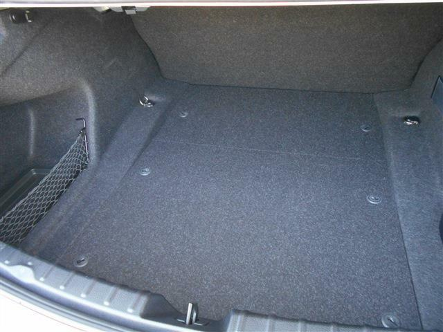 開口部の広いトランクは必要十分なラゲッジスペースが確保されており沢山の荷物を収納できます。スペアタイヤレスなので床下は小物入れになってますよ!リアシートの背もたれが固定されていることも拘りを感じます。