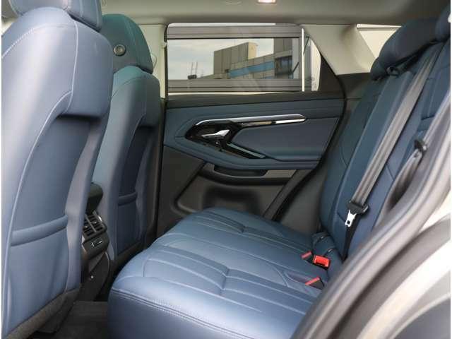 乗り降りしやすい車高、後席は頭上、足元にも十分な空間を確保しておりファミリーカーとして十分な居住性を確保