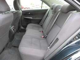 足元の広さもたっぷりあるので、後部座席に乗られる方も快適です。