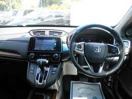運転席から見ると、ゆったりとしたスペースがあり、使いやすい操作スイッチ類が並んでいてることがわかります。高級感のある素材を使った贅沢な空間です。