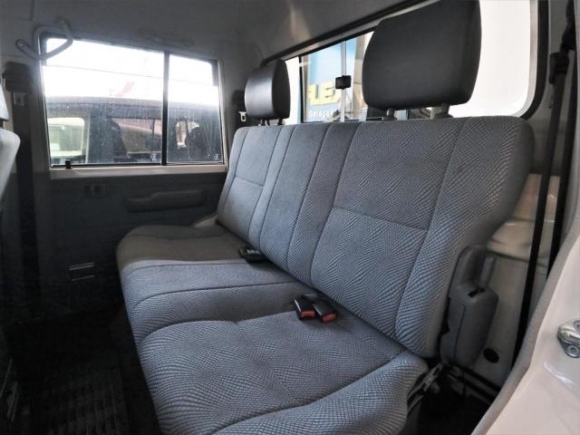 後席も広々。ISOFIXには対応しませんが、3点式シートベルトは2席分ございます。