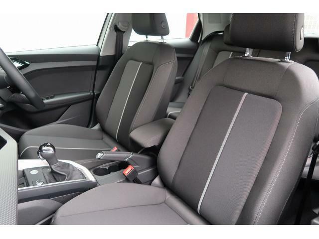 【前席シート】細部にまでクオリティーを高めたデザインにより乗る人を魅了するAudi。快適な空間がドライブをいっそう心地良いものに変えていきます。『当店は、常時試乗が可能となっております!』