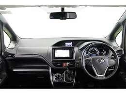 インパネがフラットで広々とした視界と開放感あるステアリング廻りです。助手席側までボンネットフードを見渡せるので、狭い道でも車幅の感覚がつかみやすく運転しやすいですよ!