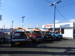 広々とした展示場に常時80台を展示。バン、トラックも充実した展示車となっております。