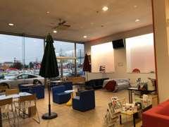 広い店内では感覚を十分に開けて席を設けております。また、アクリルパネルも設置しております