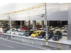 トヨタカローラ広島西地区初!高品質U-Carが100台並ぶ大型屋内展示場!お求めのお車をご提供させていただきます☆