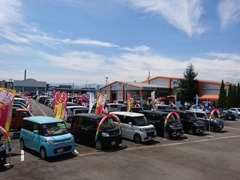 広々とした展示場には、軽自動車・普通車・輸入車まで豊富な車種を常時250台以上展示!