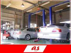 ■整備スペース■リフト・タイヤチェンジャー完備。車検・板金・カスタマイズなど。オイル交換もはりきってやってまーす(*^^)v