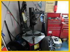 自社工場完備。タイヤチェンジャーも完備しております。