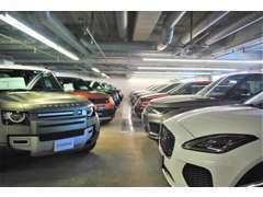 新車ショールームにはジャガーの最新モデル展示。ごゆっくりとお車選びをお楽しみください。