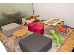 キッズスペースには絵本やスウェーデンのおもちゃを用意。お子様をお連れのお客様もごゆっくりお待ち頂けます。