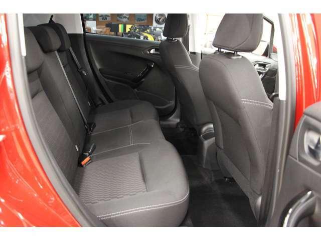 リアシートは3人乗り。自動車の座席 にチャイルドシートを固定する方式の国際標準規格ISOFIX。