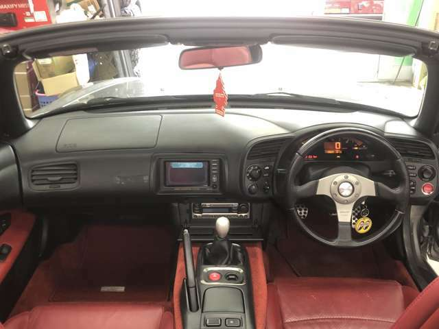 ブラック&レッド内装が素敵です!実用性は皆無ですがそんなことどうでも良くなるお車です!