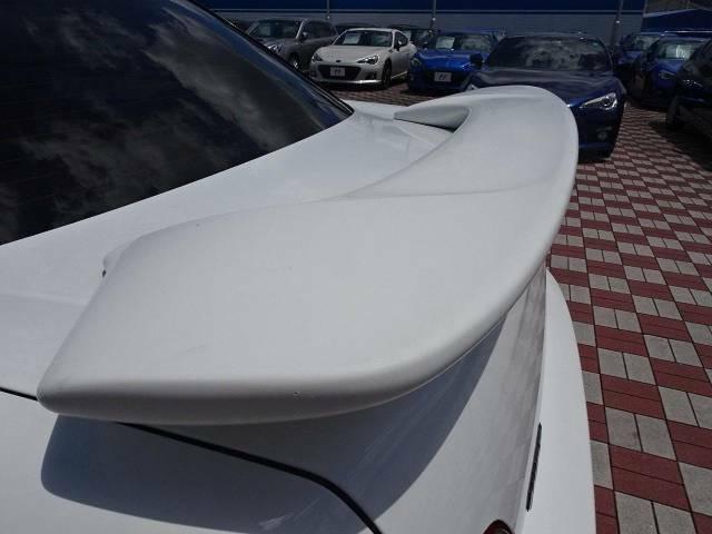 【大型リヤスポイラー】スポーツカーらしさがグッと引き立つ大型リヤスポイラーを装着♪高速走行時のスタビリティ(走行安定性)向上に役立ちます。
