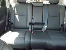 後席は大人が問題なく座れるスペースを確保してます。