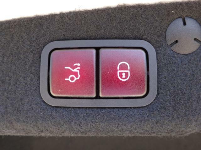 自動開閉トランクリッド装備。