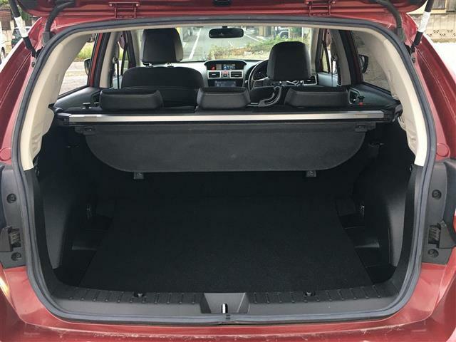 後席のシートを織折りたたむと荷室のスペースが広がります。