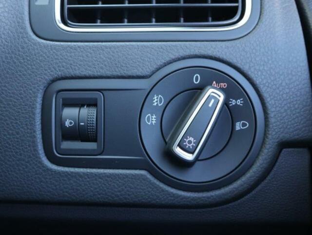 ダイヤル式のヘッドライトスイッチ。オートライトも装備され、トンネルが続く道路でも手を煩わせません。(スイッチを引くことで前後フォグランプが点灯します。)