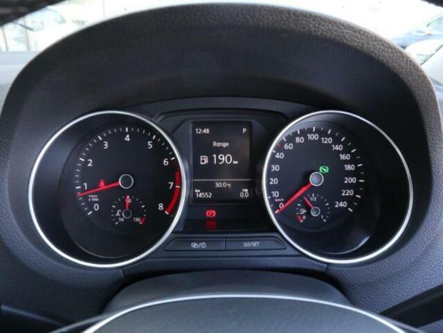 視認性の良いメーターは中央の液晶ディスプレイに瞬間平均燃費、速度などのドライビングデータを選択して表示させることができます。