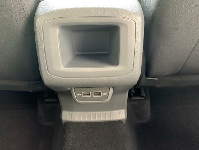 セカンドシートの方用のUSBポートや収納も有ります
