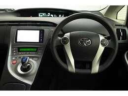 視線移動が少なく済むよう、メーターをセンターに配置! デジタル表示でとても見やすく安全運転のお役に立ちます。