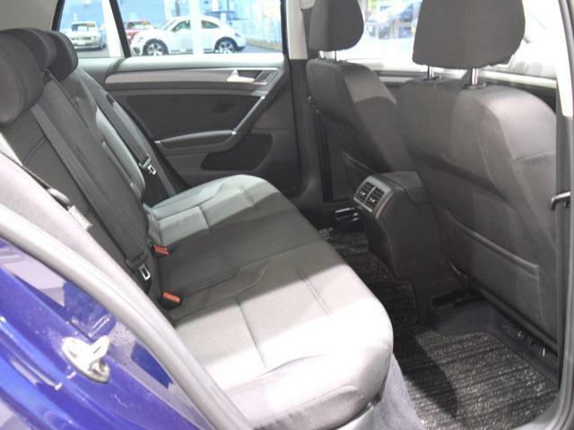 (リアシート) 他社からのお乗換え時、最初は少し姿勢の違いを感じると思います。 長時間のドライブでも疲れにくいシート素材やシートポジションへの拘りを体感下さい。